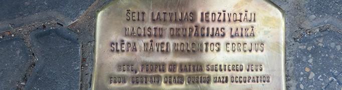 Pie ieejas muzejā 2014. gada 18. septembrī atklāta piemiņas zīme
