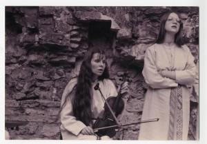 Attēlā: No kreisās – mūziķes Ilga Reizniece un Zane Šmite. 1991. gads. Fotogrāfs nezināms.
