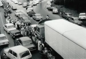 """Akcijas """"Baltijas ceļš"""" dalībnieki netālu no Rīgas uz Vidzemes šosejas neilgi pirms sadošanās rokās Baltijas ceļā. 1989. gada 23. augusts. Fotogrāfe Irēna Caunīte. LNVM krājums."""